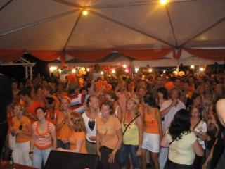 De Hermes House Band is de grootste feestband en partyband van Nederland en wordt gezien als tof. Elke feestavond of feestavonden worden een succes door deze liveband, showban feestband buiteland en coverband. Elk feest is geschikt voor de HHB. Zij spelen op gelegenheden als een bruiloft, personeelsfeest, bedrijfsfeest, en is daarbij bijvoorbeeld ook een bruiloftband. Deze energieke partyband is de beste feestband en doet o.a. ook veel openbare optredens. Bij een boeking coverband of een top coverband ben je bij deze studentenband aan het goede adres.