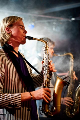 De Hermes House Band is de grootste feest band en party band van Nederland en wordt gezien als tof. Elke feest avond of feest avonden worden een succes door deze live band, show band en cover band. Elk feest is geschikt voor de HHB. Zij spelen op gelegenheden als een bruiloft, personeels feest, bedrijfs feest, en is daarbij bijvoorbeeld ook een bruiloft band. Deze energieke party band is de beste feest band en doet o.a. ook veel openbare optredens. Bij een boeking cover band of een top cover band ben je bij deze studenten band aan het goede adres.
